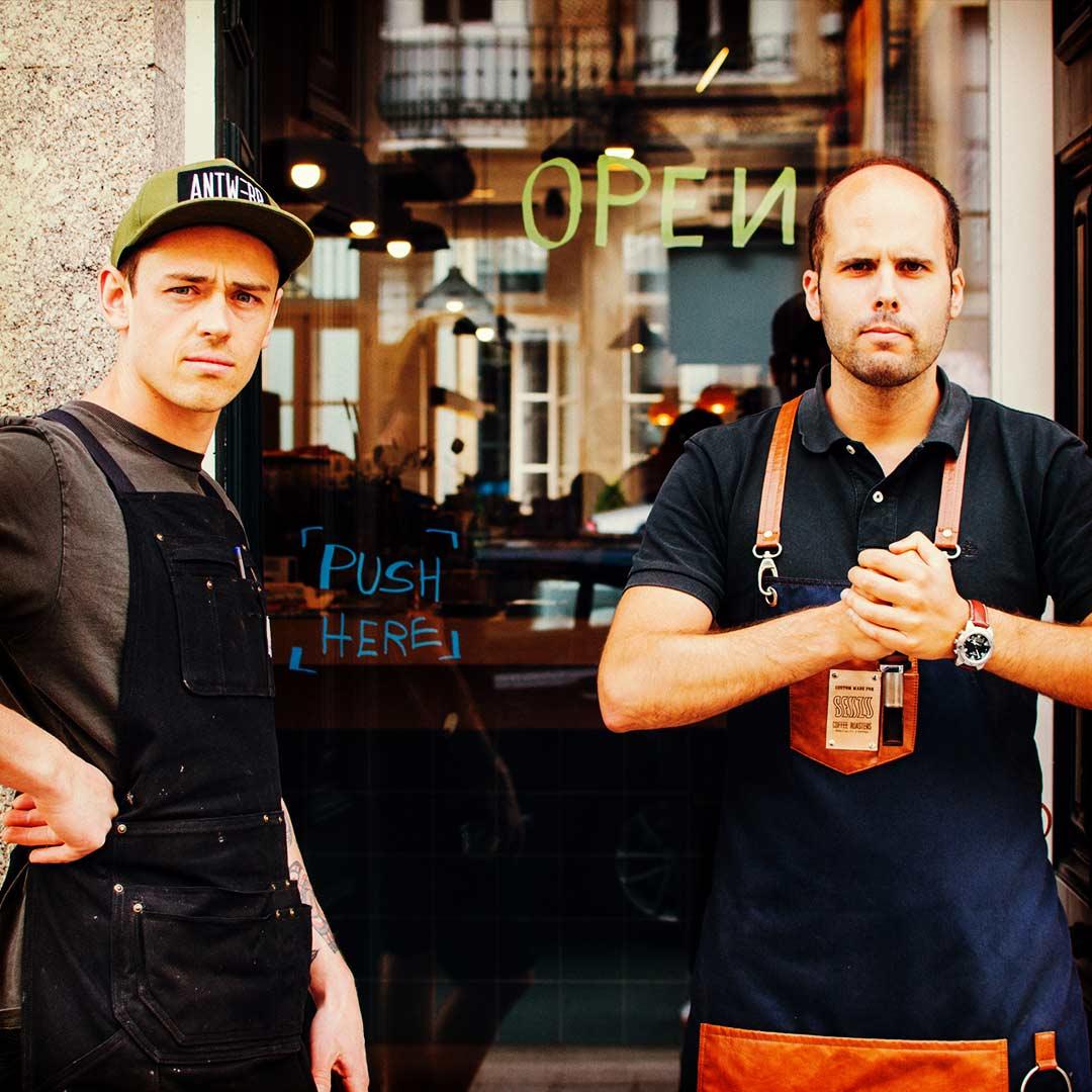 Diogo Amorim à entrada da Senzu Coffee Roasters